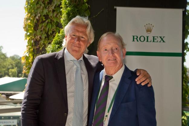 Rod Laver lämnade 2015 över en guldring till Björn Borg som en symbol för hans medlemskap i tennisens Hall of Fame.